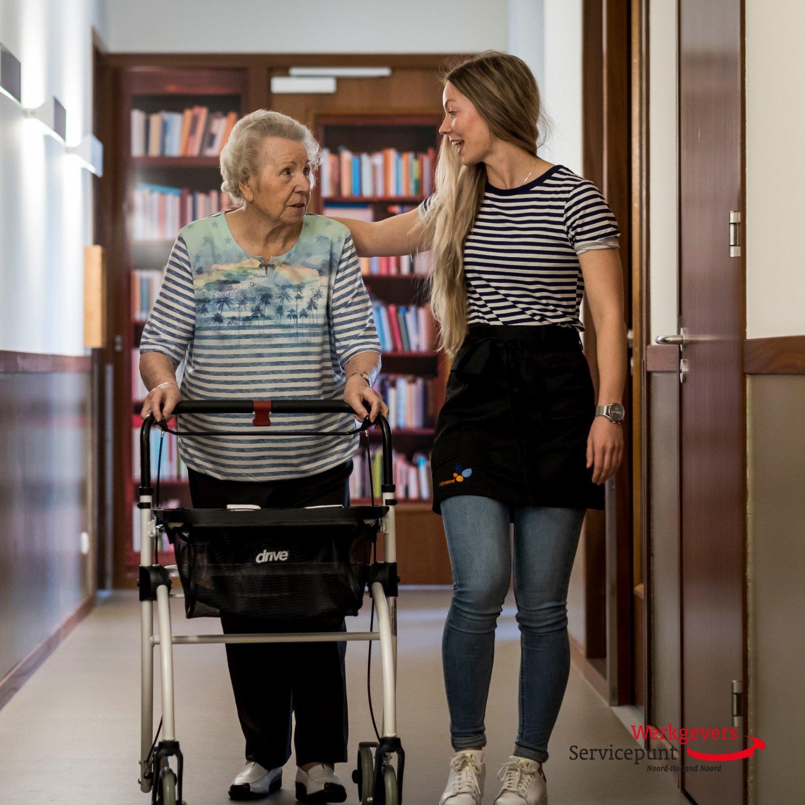Meisje dat een oudere vrouw op weg helpt